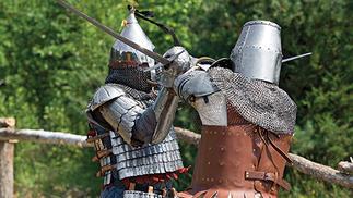 """他们穿着中世纪盔甲,上演了一场真人""""骑砍""""般的格斗锦标赛"""