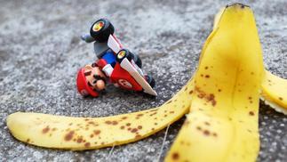 科学向:《马里奥赛车》里的香蕉皮真的能让赛车打滑吗?