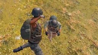 《绝地求生》只剩最后两名玩家,他们决定放下武器、肉搏决胜