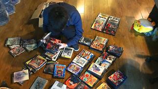 """我们买了5箱随机200张的PS2光盘,体验了一把""""主机游戏抽卡"""""""