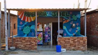 在厄瓜多尔渔村玩游戏的人们