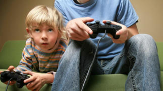 调查显示,仅有一成多父母会陪伴孩子玩游戏