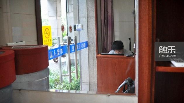 去年年初,张海彬白天在医院陪着孩子,晚上回到店里,还要为QQ输入法的事情与别人沟通