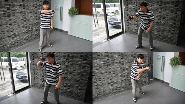 """张平正在演示《武士剑斗》,这是为数不多的""""并非专为盲人设计,但盲人可以独立操作""""的手机游戏之一"""