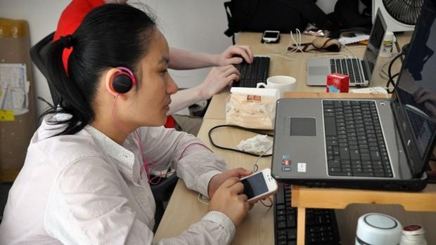 妙艳戴着耳机,在漆黑的手机屏幕上操作。他们习惯把手机屏幕设为关闭,主要是为了保有自己的隐私