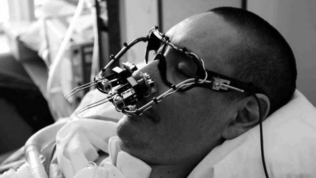 """2009年,詹姆斯·鲍德里等人为他们的朋友托尼制作了这台""""EyeWriter""""眼控仪,造价仅50美元"""