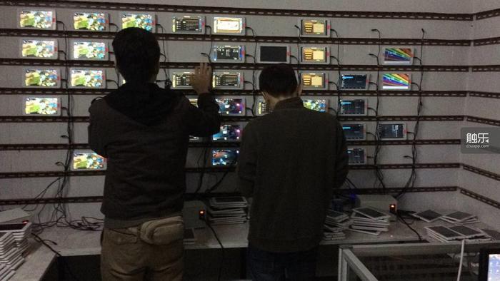 星游的工作人员正在为一款不愿透露名字的游戏进行数据测试