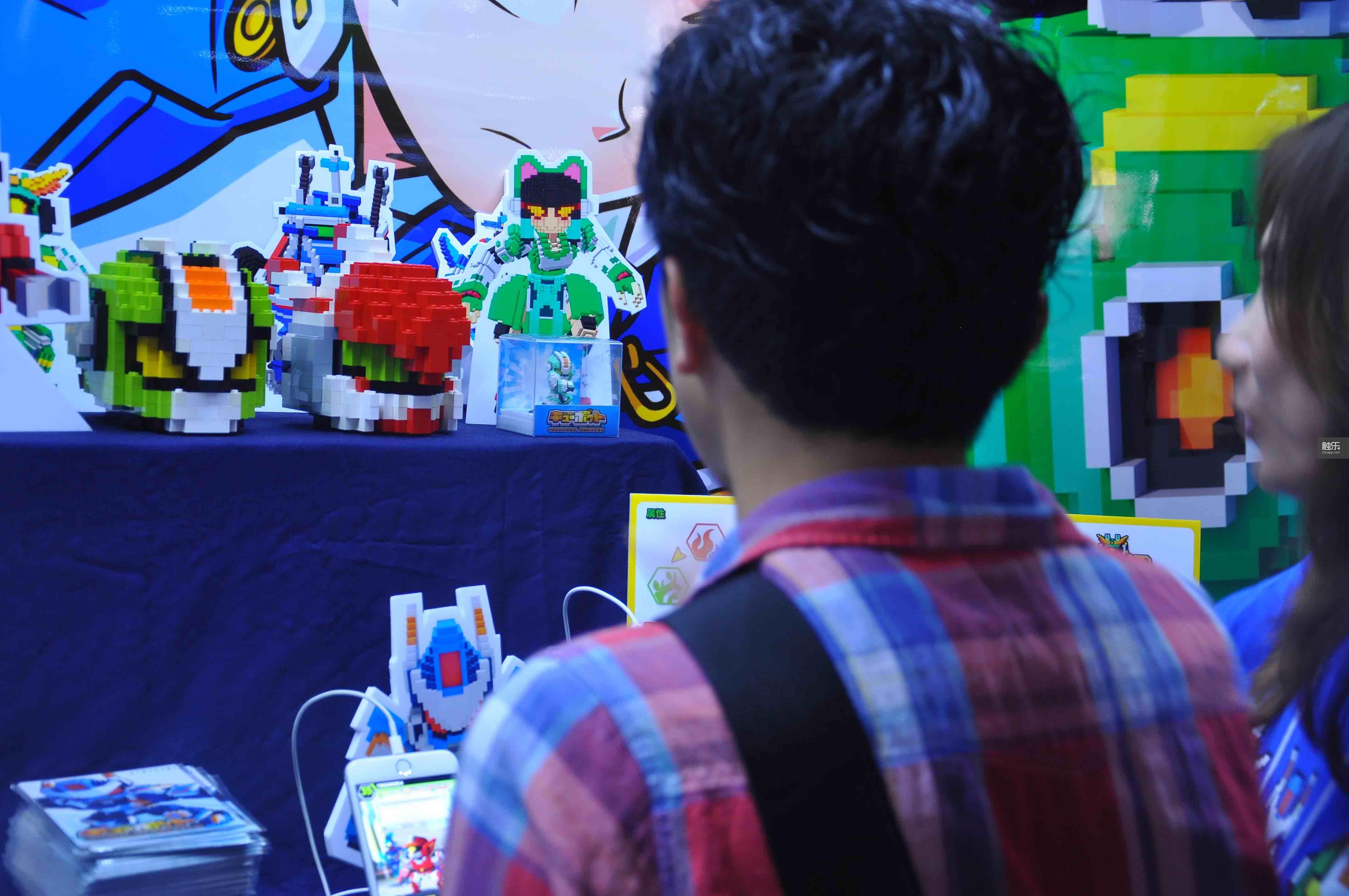 《Qubot》是从2014年3月开始制作的,团队也是在那个时候扩充到了6个人。游戏制作使用的是他们自己开发的引擎,因此得以在游戏中提供编辑器,同时游戏提供了非常真实的爆炸效果,发生爆炸时每个像素方块都会真实地向外爆炸,表现力很强,这也是自研引擎的功劳。 在手游行业,我们都是年纪比较大,做游戏有20年了,所以我们比较喜欢这种复古风格的东西。Owen向我解释为什么他们如此钟情于3D像素的风格。最早制作《Qubot》时,Qubit Games还没有明确的思路。他们想要沿用第一款作品《Space Qube》的美