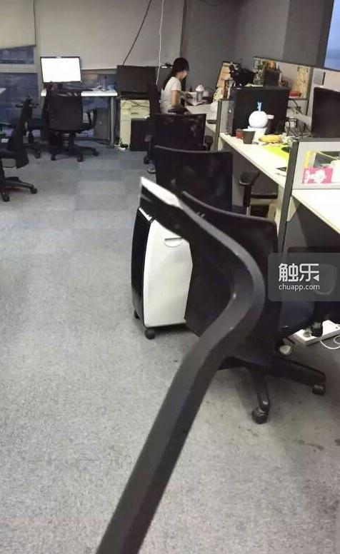 周蔚模仿《半条命》的主角,手持撬棍在办公室的自拍