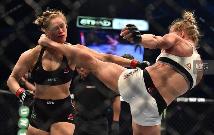 一个前拳击世界顶级选手用一记侧踢KO了前世界柔道顶级选手——或许这就是我喜欢UFC的理由