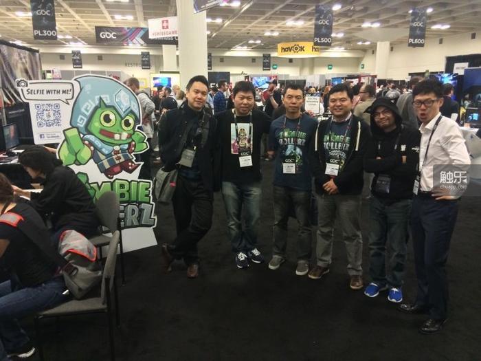 叶氏兄弟在GDC上和indie圈的朋友合影——左起依次为:《幻》制作团队FantasySnake、火星时代的Tony熊、叶丁、叶展、《幻影猫》制作人Jason、《魂世界》刘哲