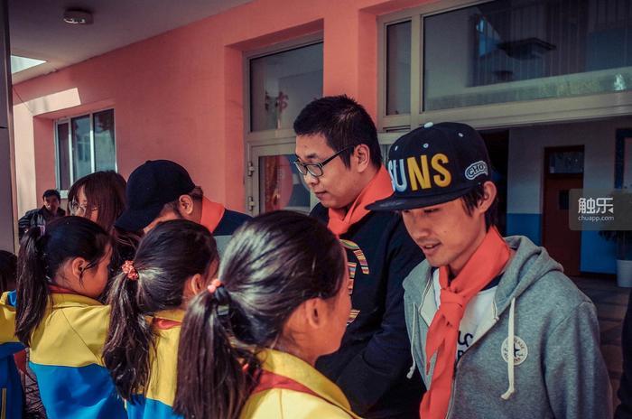 作为活动仪式的一部分,小学生们给主播戴上红领巾