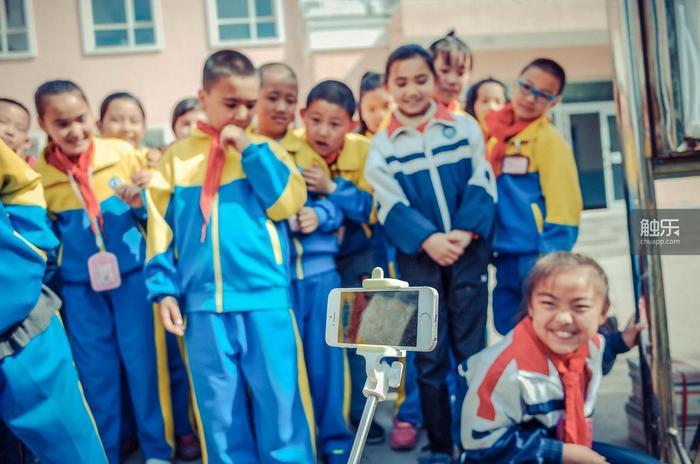 新疆的孩子一点都不怕生,他们对着直播的手机嬉戏打闹