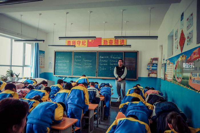 """下课时,孩子们鞠躬,齐声说:""""老师再见,老师辛苦了。""""王师傅不太好意思"""