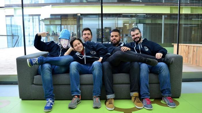 冈萨诺在阿根廷远程办公,但他仍然出现在了Corsegames团队的合影中