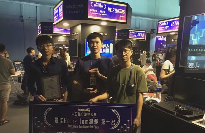 开发团队在优胜后的合照。左起,颜思捷(程序)颜华瀚(美术、程序)马川(音乐、音效)