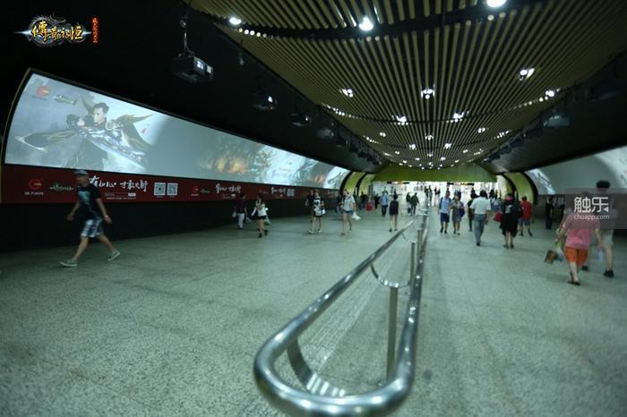 上海徐家汇地铁长廊内的广告