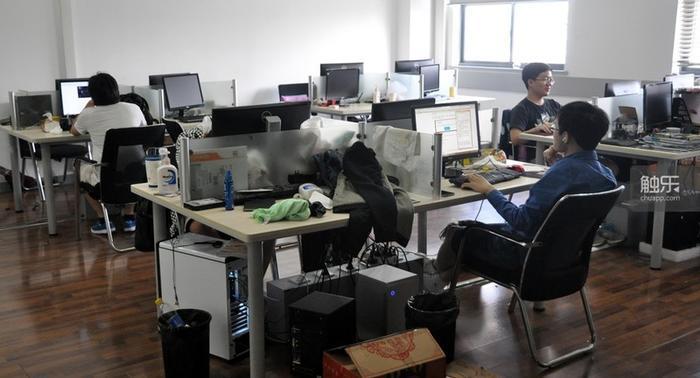 """""""有趣点""""原本坐满的办公室如今只剩一半人"""