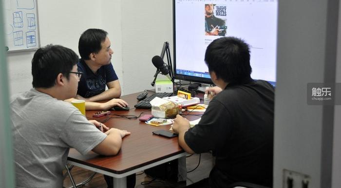编辑们正在会议室讨论下一期直播的内容