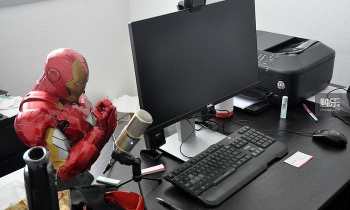 火狼的办公桌,鼠标旁放着一张投资人的名片
