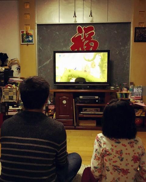 去年春节回家,火狼和女儿在客厅里一起玩游戏